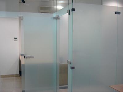 тоноровка белых стекляных дверей